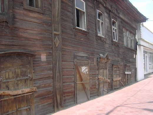 Irkoetsk is bekend om haar typische houten huizen.