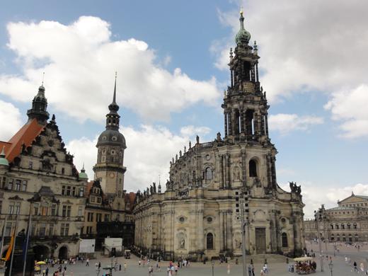 De Katholische Hofkirche aan de Schloßplatz.