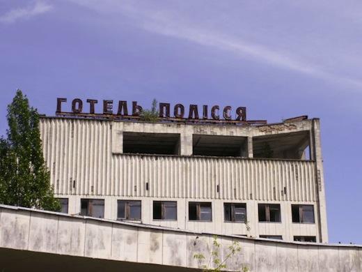 Hotel Polissa staat op het centrale plein en werd gebruikt om onderzoekers te huisvesten.