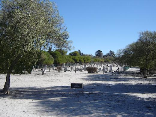 De begraafplaats van ex-werknemers op het gevangeniseiland.