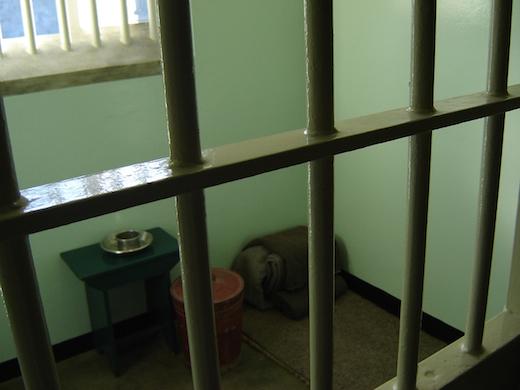 De rondleiding wordt afgesloten met een kijkje in de voormalige cel van Mandela.